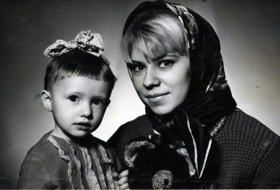 Елена Воробей в детстве с мамой фото