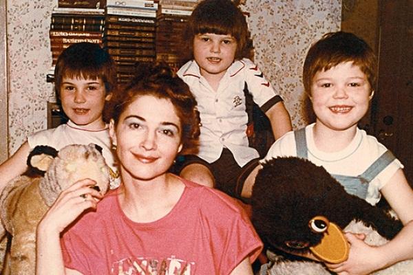 Данила Козловский в детстве (справа) с семьей: мамой Надеждой и братьями Егором и Иваном фото